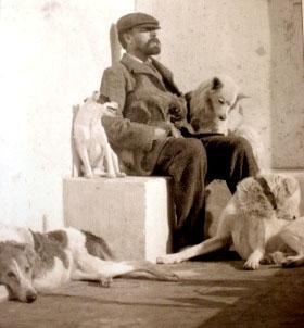 Axel Munthe a Capri attorniato dai suoi cani