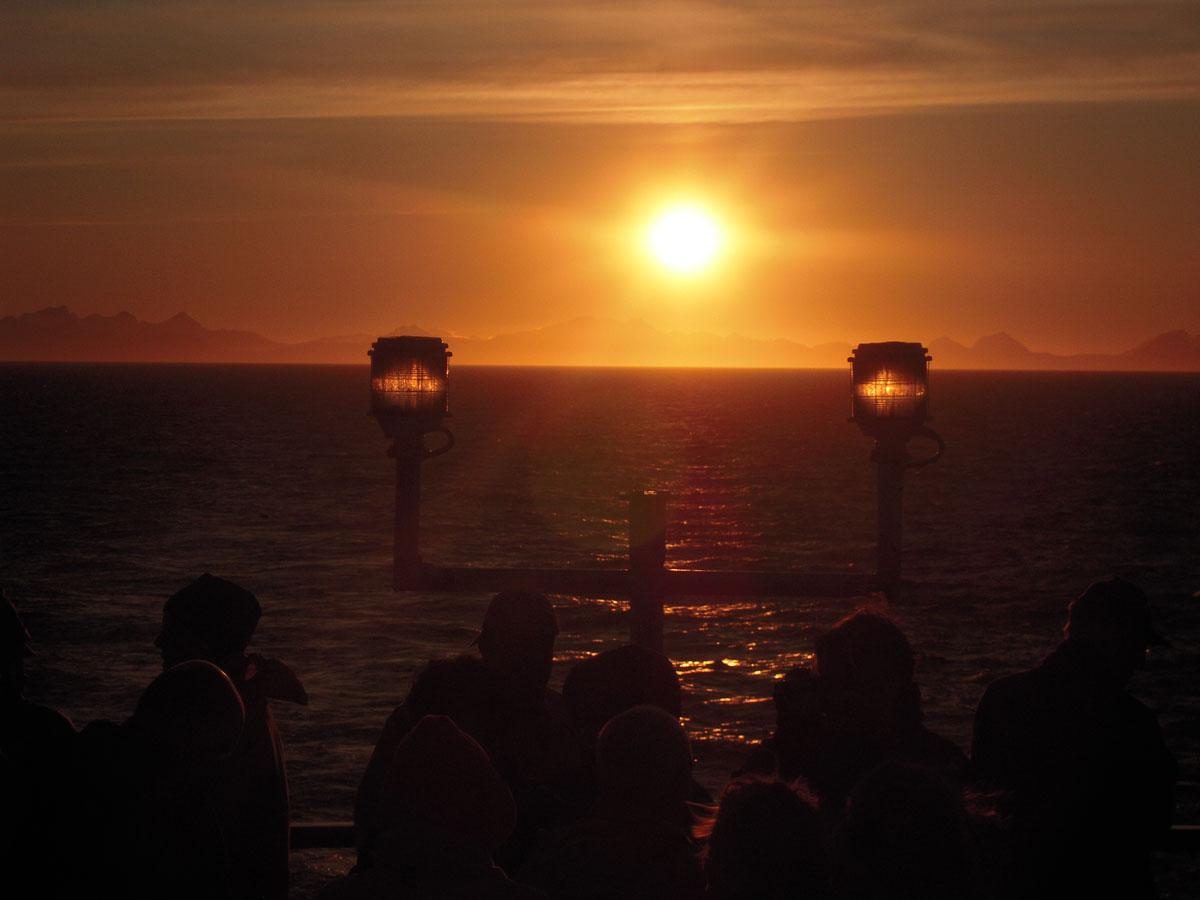 Il sole a mezzanotte dalla nave postale in Norvegia