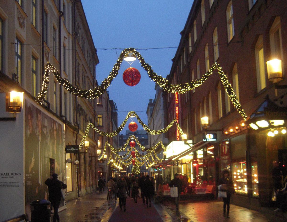 Strada illuminata per il Natale