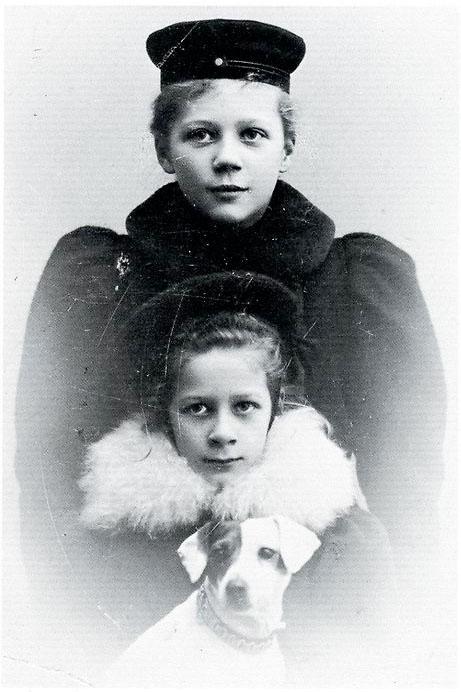 Maj Lindman med lilla syster och hunden med gula örat - 1898
